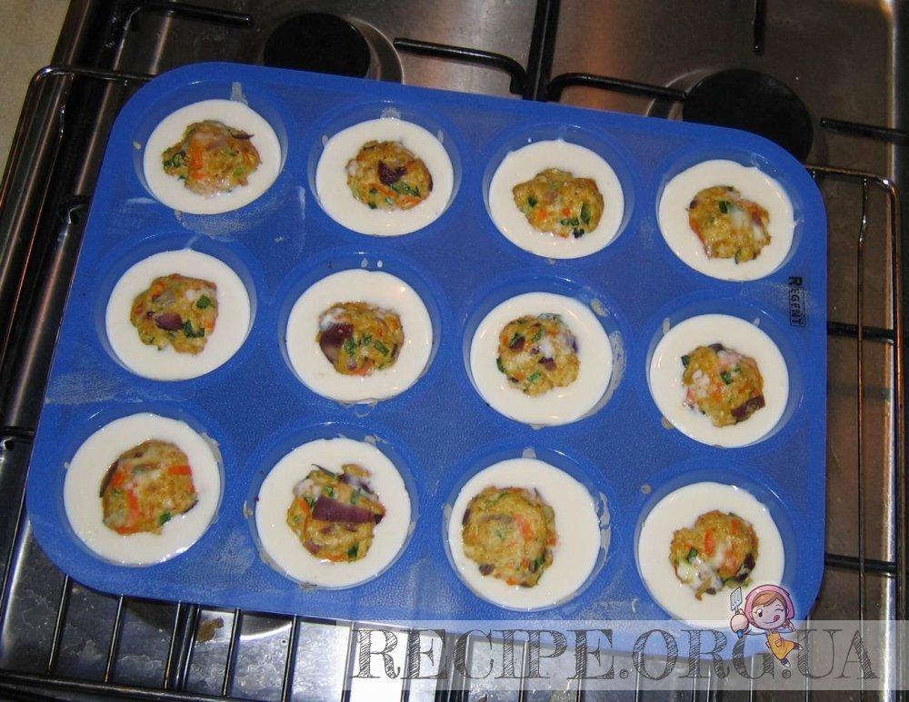 рецепт: Тефтельки в хрустящих чашечках из теста : разливаем тесто по формочкам