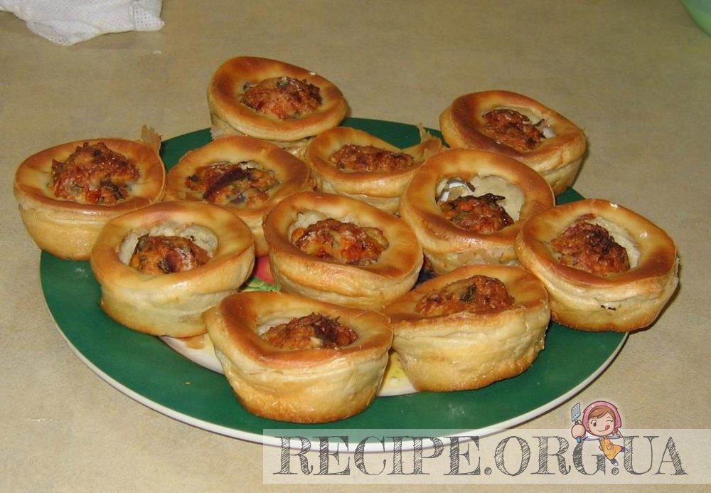 рецепт: Тефтельки в хрустящих чашечках из теста : извлекаем формы и добавляем кетчуп
