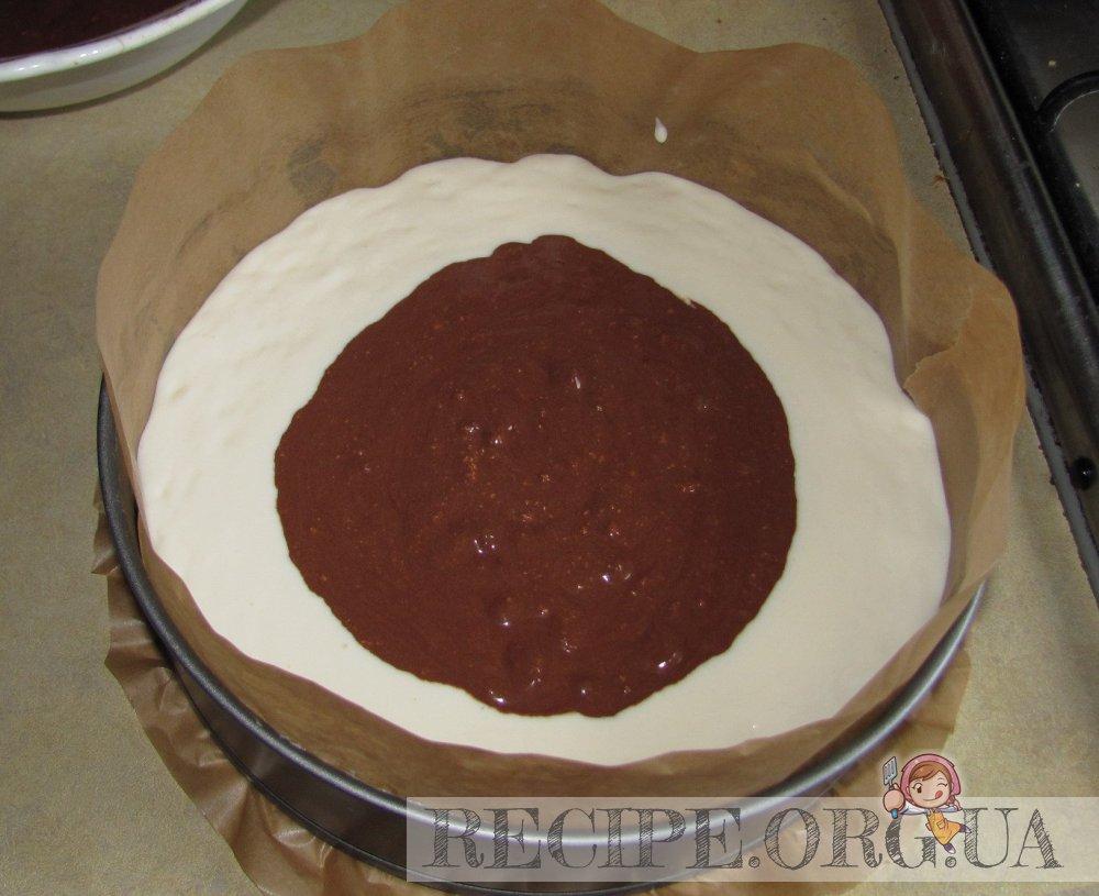 Рецепт с фото - Мраморный чизкейк без муки: выложить белую массу, в центр аккуратно поместить шоколадную