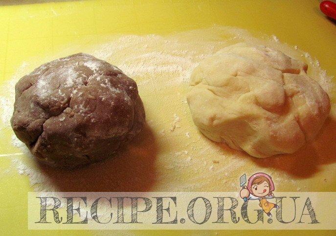 Рецепт с фото - Торт «Мишка»  сметанный: понемногу добавлять муку,  руками замесить тесто